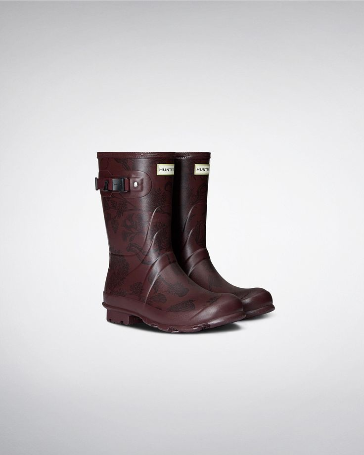 Named after Hunter's founder, Henry Lee Norris, this women's short rain boot is built for sustained use on varied terrain and features a printed finish.
