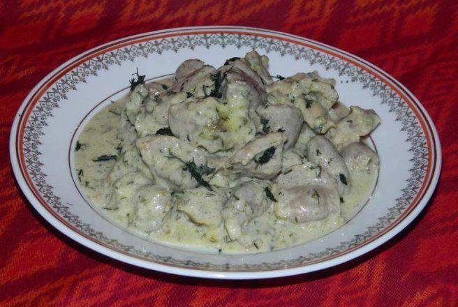 Retete Culinare - Inimi si pipote de pui in sos de smantana