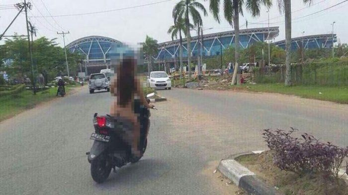 Bikin Heboh, Wanita Ini Bersepeda Tanpa Busana Keliling Bandara Pontianak http://malangtoday.net/wp-content/uploads/2017/01/wanita-tanpa-busana.jpg MALANGTODAY.NET– Masyarakat yang berada di seputaran Jalan Ahmad Yani II dan Bandara Supadio, Pontianak, Minggu (15/1/2017) siang dihebohkan dengan seorang gadis yang bersepeda tanpa busana. Wanita itu dengan santainya berkeliling tanpa sehelai kain yang menutupi tubuhnya. Sontak warga y... http://malangtoday.net/inspira