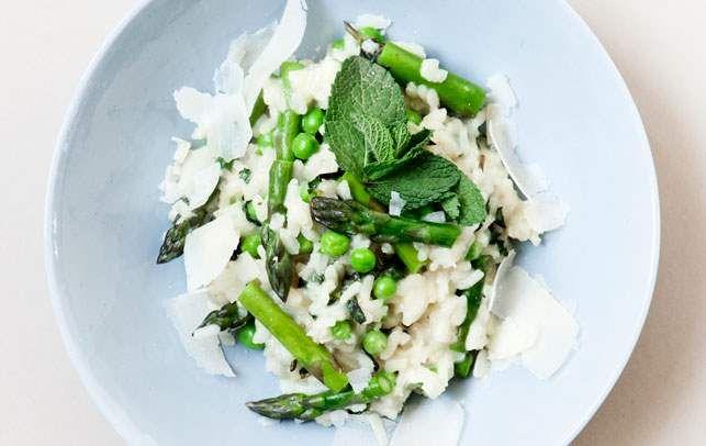 Lækker risotto med en frisk smag fra mynten, bid fra aspargesen og en fin sødme fra ærterne - få opskriften på den skønne vegetar-risotto her: