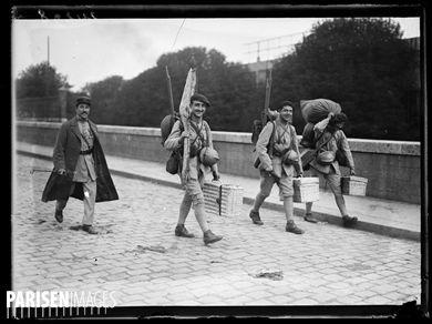 Les drapeaux qui figureront au grand défilé de la Victoire arrivent à Paris , le 11 juillet 1919. Celui du 227ème d'infanterie, venant de Hongrie, arrive à la gare de Bercy. Photographie parue dans le journal  Excelsior  du samedi 12 juillet 1919.