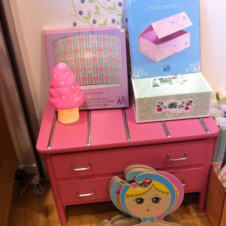 Børnenes Magasin toy store in Aarhus, Denmark. Flotte indretningssager til børneværelset. Heico lamper, sjove bøjler, Djeco tapeter, lampeskærme og opbevaringsæsker.