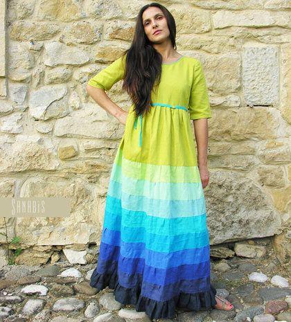 Купить или заказать Платье из льна «Лайм+индиго» в интернет-магазине на Ярмарке Мастеров. Длинное платье из натурального льна. Основные цвета палитры - лайм и индиго, они располагаются по краям. У платья завышенная линия талии, есть поясок. Юбка широкая, женственный силуэт модели. Для плавного перехода между основными цветами использованы 8 дополнительных цветов (сверху вниз): виноградный (темный сине-фиолетовый), насыщенный синий, в…