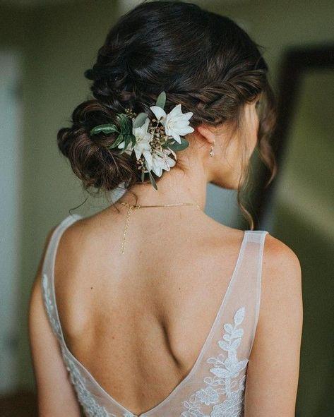 Schlichte, moderne Brautfrisur mit frischen Blumen