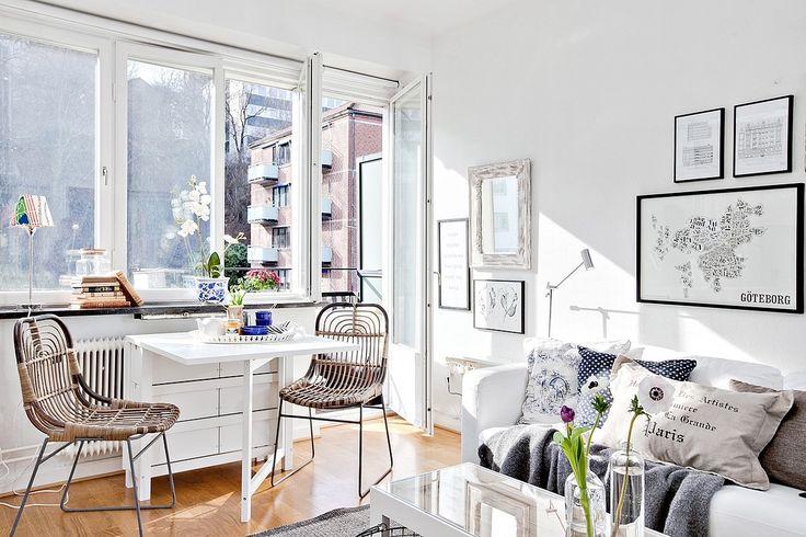 Une petite pi ce de vie lumineuse o le salon et la salle manger ont des espaces distincts - Salon decorer pour petits espaces designs de salon qui fonctionnent ...