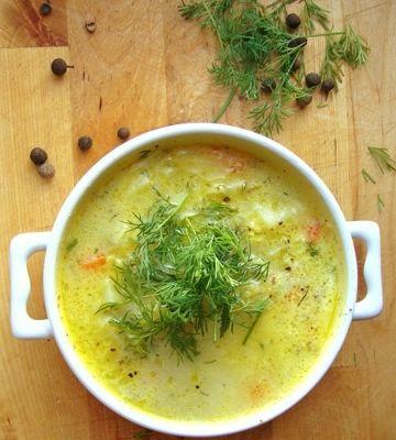 Jarzynowa zupa z młodą kapustą, marchewką, groszkiem i ziemniaczkami z dodatkiem koperku