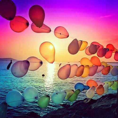 Eu adoro a forma como as cores dos balões brilhantes espelham as cores vivas do pôr do sol.