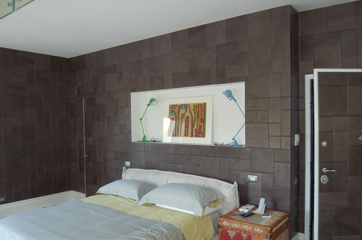 A particular grey realized on customer's request. The result is a warm, elegant wall covered by unique Lapèlle leather tiles