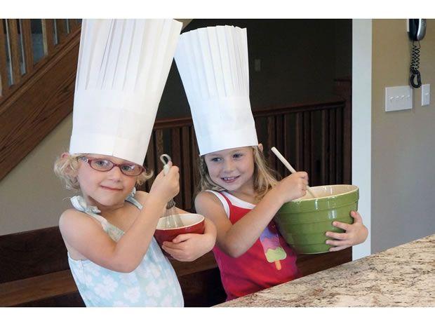 Tus peques no te ayudan en la cocina? Hazles un sombrero de chef y verás como cambian de opinión...