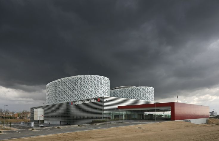 The new Hospital Rey Juan Carlos in Móstoles is a centre integrated in the public health network, designed to offer care which is universal, nearby and effective to around 180,000 citizens in Móstoles and its outskirts. The hospital, involving a cap