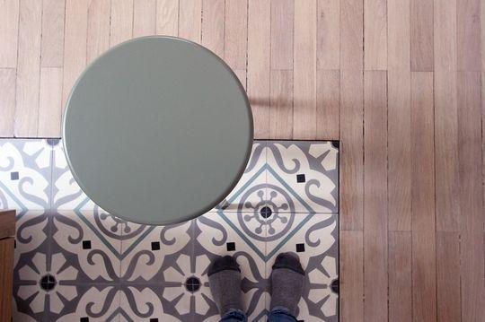 Zoom sur le tapis de carreaux de ciment dans la cuisine - 8 mois de travaux pour restructurer 180m2 - CôtéMaison.fr