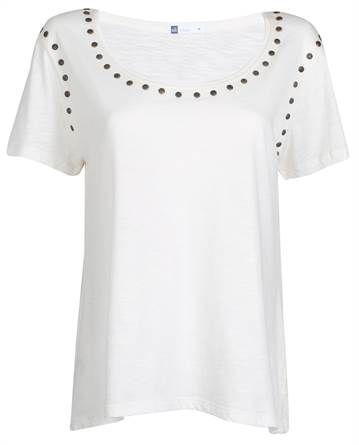 Camiseta feminina branca com pontinhos dourados e aplicação de tachas ouro velho na gola e nas mangas - Visite Riachuelo.com.br