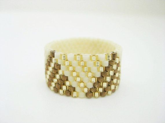 A beautiful peyote ring! Made of Japanese delica beads in cream, silver lined…