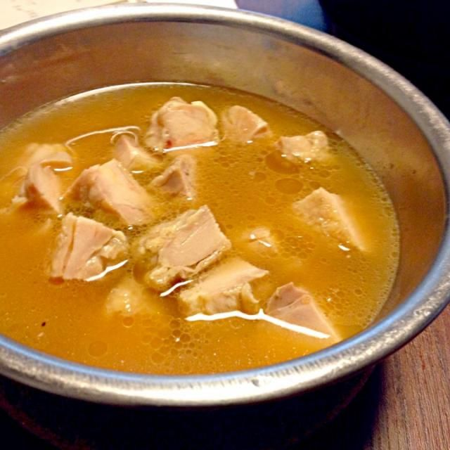 出がらし紅茶300ccを鳥肉に淹れて、紅茶の香りを肉に含ませる。2枚分の鳥肉から旨味が紅茶に溶け出す。 このスープでご飯を炊き上げる。 - 40件のもぐもぐ - 紅茶林檎鳥肉土鍋炊き込みご飯 by okonn1109