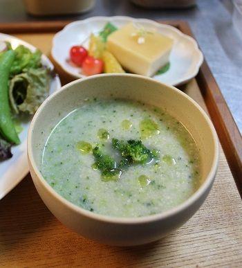 「ブロッコリーのスープ」。 粒々の食感のブロッコリーのスープ。 あまりペースト状にはしないで食べ応えあるように仕上げました。 塩でさっぱりとした味つけ。 豆乳は少なめにして、野菜の出し汁をたっぷり使いました。 風味豊かなスープです。