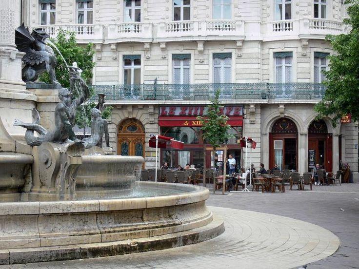 Grenoble: Place Notre-Dame : fontaine des Trois Ordres, terrasse de café et…