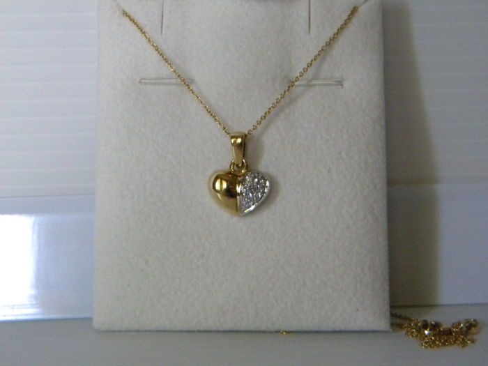Ketting met 18 kt geel en wit goud hartvormige hanger en diamanten 0.09 ct-lengte: 40 cm  Halsketting met gele goud en wit goud hanger en 0.09 ct in natuurlijke diamanten handgemaakte zeer goede/achtig nieuwstaatKenmerken: 750 en 569 VI (ketting) 750 en 1475 al. (hanger) zoalsDiamanten in witgoud instellen:7 Diamanten 0.09 ct briljant knippen Wesselton kleur duidelijkheid VS2Verpakking: juwelendoosjeVerzending per aangetekende post.  EUR 1.00  Meer informatie