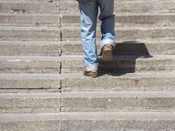 Prof. Froböse verrät, wie viele Schritte Sie pro Tag laufen sollten.