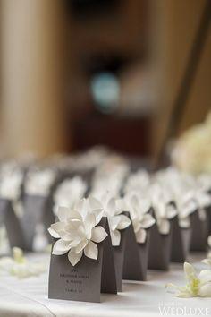 白いお花が映える! <グレー・スタイリッシュな結婚式エスコートカード・席札まとめ一覧>