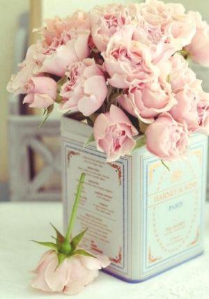 Antiek blikje en bloemen