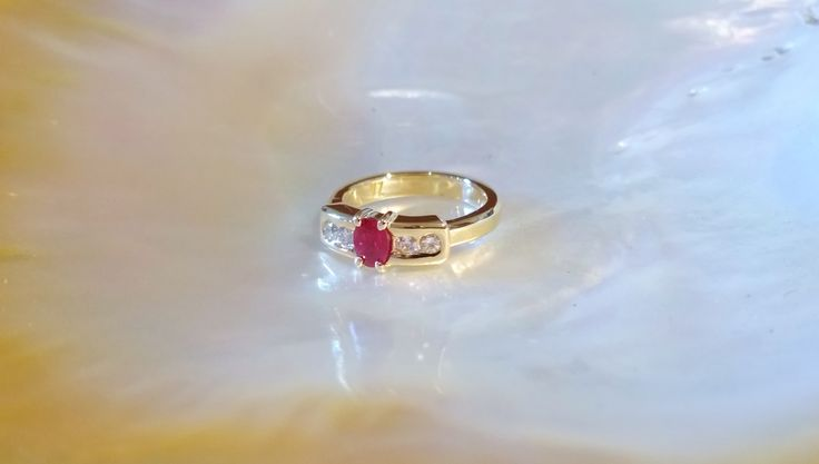 18 K gold, 4 diamonds 5 Pts F VVS1, ruby. Order from customer
