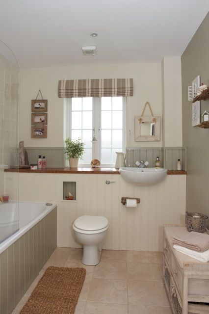 Country bathrooms are all about having a cosy, inviting feeling. Who wouldn't want to bathe in here?