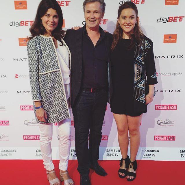 Nicola Tiggeler mit Mann Timothy Peach und Tocher Tiffany auf dem Movie meets Media Event im P1 in München. Die beiden Ladies gingen an diesem Abend wie auf Wolken: mit unseren Modellen Faru und Eilyn. #softclox  #nicoletiggler #shoes #clogshoes #münchen #summer