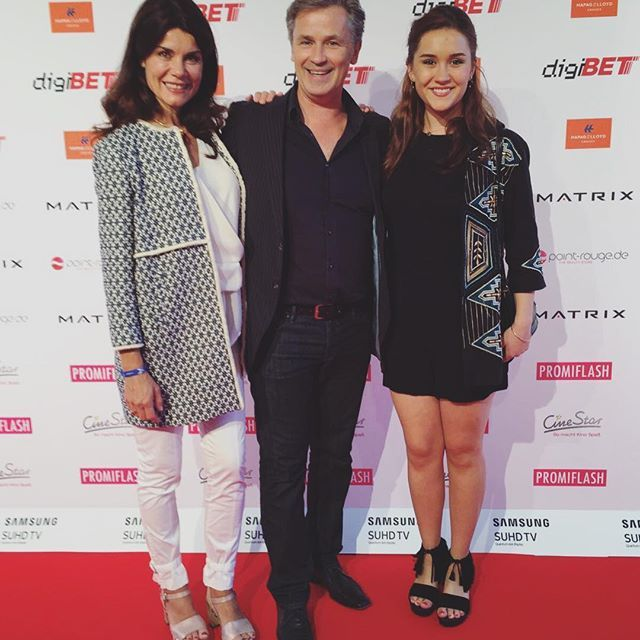 Nicola Tiggeler mit Mann Timothy Peach und Tocher Tiffany auf dem Movie meets Media Event im P1 in München. Die beiden Ladies gingen an diesem Abend wie auf Wolken: mit unseren Modellen Faru und Eilyn. #softclox  #nicoletiggler #shoes #clogshoes #münchen #summer