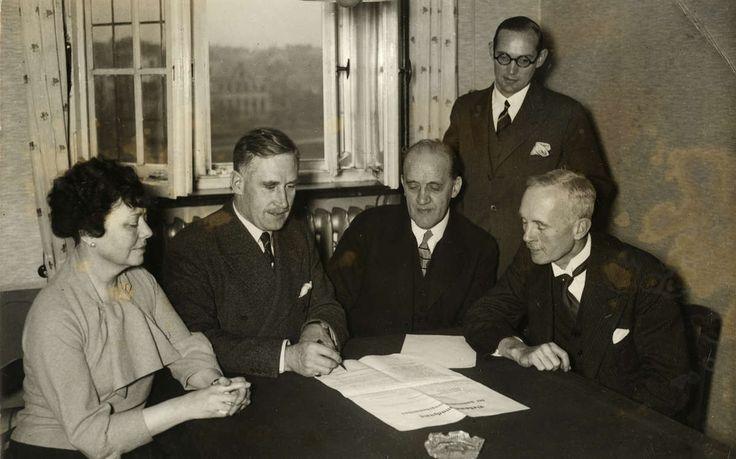 1935: Комитет Лиги Наций готовится к голосованию по Саару. Слева направо: г-жа Уэмбо (США), председатель комитета Генри (Швейцария), г-н Роде из Швеции, г-н де Йонг из Нидерландов и датский делегат Хеллштадт