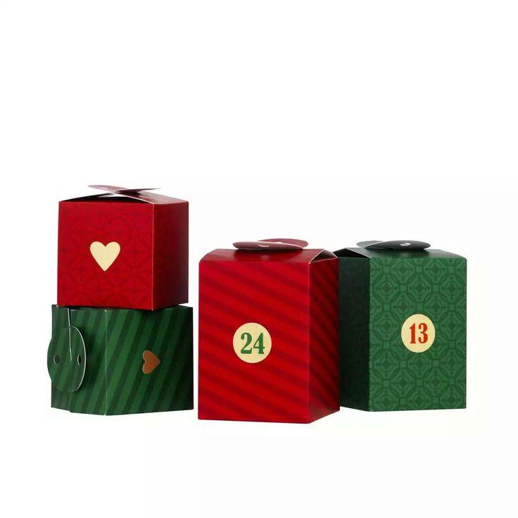 Kalenderpakker Røde/grønne 24 Panduro, 39 kr.  Kalenderpakker røde/grønne, i to størrelser (6x6x6 og 6,5x6,5x9 cm), av mønstrete papir, stickers nr. 1-24 følger med (snor følger ikke med). Pakke med 24 stk.