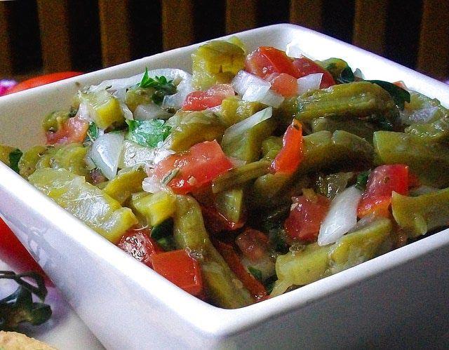 La ensalada más mexicana de todas: la de nopalitos: La ensalada de nopales porta los colores de la bandera mexicana:  verde, blanco y rojo.