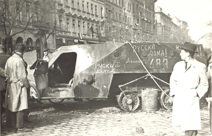 "Páncélautó roncsa ""Ruszkik haza!"" feliratokkal a József körúton 