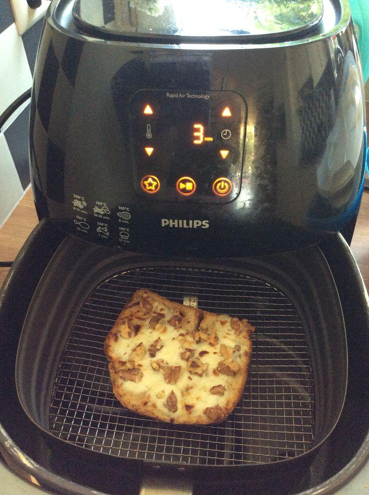 Tosti met geitenkaas Brood besmeren met honig, geitenkaas erop leggen en vervolgens wat walnoten over het brood verdelen. Bakken op 190 graden voor 3 minuten. Maak het af met wat rucolasla.