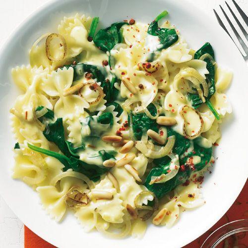 Rezept für Farfalle mit Spinat und Safransoße: Schnell und edel: In der Nudelsoße mischt feiner Safran mit und sorgt für unverwechselbaren, herbwürzigen Geschmack.