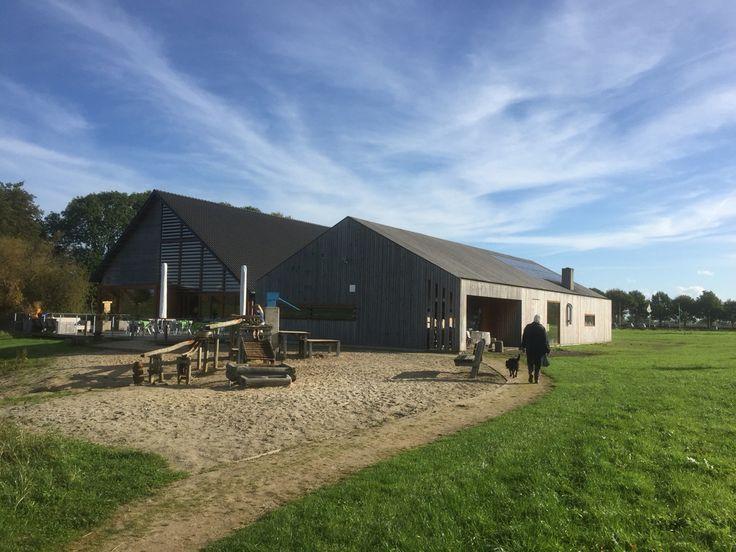 2015-10-24 Het mooie bezoekerscentrum van SBB bij Den Nul met mooi buitenterras