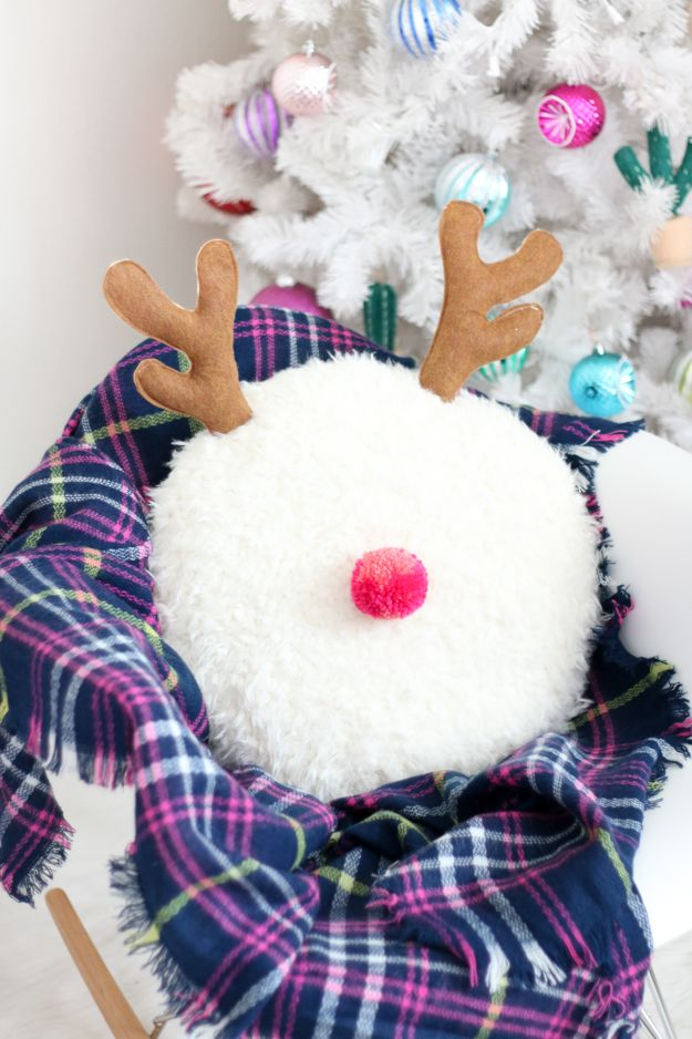 You guys! Look how cute this DIY reindeer pillow is! And it has a pink Pom Pom… Magical Christmas, Noel Christmas, Modern Christmas, All Things Christmas, Christmas Crafts, Christmas Decorations, Christmas Ornaments, Diy Christmas Pillows, Diy Christmas Room Decor