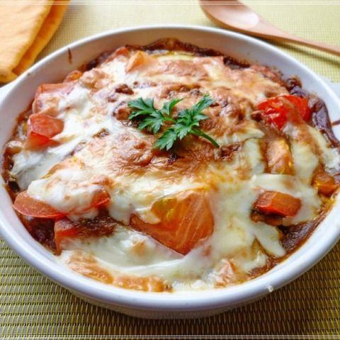 先日カレーを沢山作り過ぎてしまって~~ヾ(@°▽°@)ノ 息子の朝ご飯に焼きカレー丼を作りました。 トマトでさっぱり!さらに納豆をプラスして栄養価もUP! 朝から元気いっぱいです。 材料(1人分) ご飯 1人分 残り物のカレー 1人分 納豆 1パック トマト 1/2個 ピザ用チーズ 適量 (作り方) ①トマトはざく切り、納豆は添付のたれと混ぜ合わせおく。 ②耐熱皿にご飯を入れ、カレーをかける。 その上に納豆とトマトを乗せてチーズをのせてトースターへ入れる。 ③チーズが溶けてこんがり焼き色がついたら出来上りです。