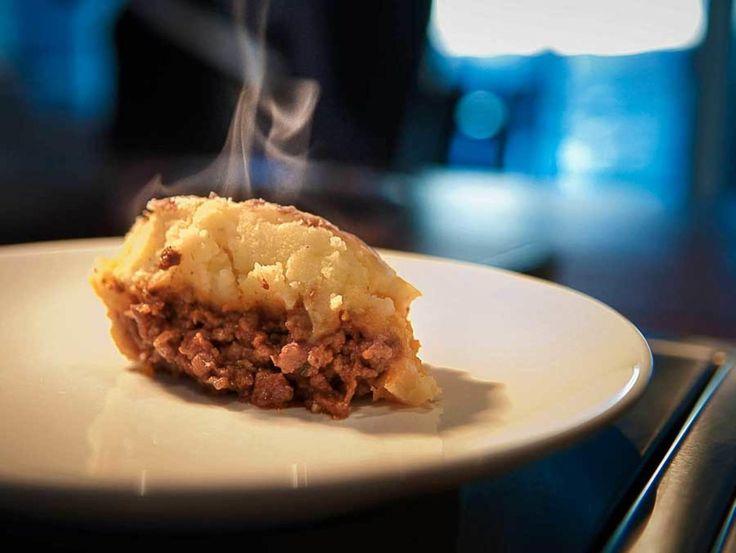Shepherd's Pie, gjeterens pai, er kjøttsaus bakt med et lokk av potetstappe. Sausen kan være laget på oksekjøtt, men det regnes som ekstra gjevt om det er lam som er basis. Men ikke fortvil om du ikke finner lammekjøttdeig, det er like «ekte» Shepherd's Pie om det brukes storfe. Og du kan bruke grytekjøtt i små biter i stedet for kjøttdeig. Dette er en enkel og hverdagslig middag, men kan matche hvilken som helst festrett.Kilde: Adresseavisen. Foto: Vegard Eggen