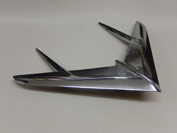 Vintage originele Chrome Amerikaanse Pontiac 1956 vliegtuig vogel Eagle vliegtuig vliegt Hood Ornament mascotte Deco Design  Vintage originele Chrome Amerikaanse Pontiac 1956 vliegtuig vogel Eagle vliegtuig vliegt Hood Ornament mascotte Deco DesignGebruikt in conditie met lichte merken en borrelen aan het chroom in diverse geplaatst op de vleugels. Deze zijn van eerder op de motorkap van een voertuig wordt gemonteerd / kap.Het is grote 41.5 cm breedte 31 cm in lengte en ongeveer 4 cm in…
