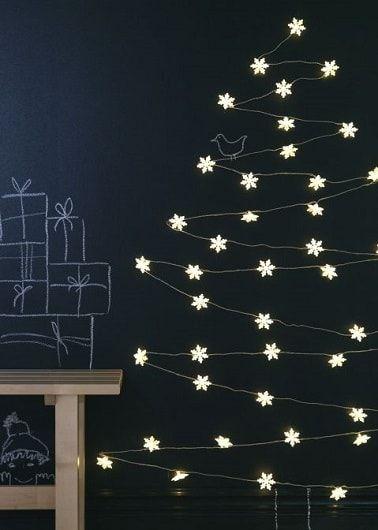 Sapin de Noël original avec guirlande lumineuse Ikea