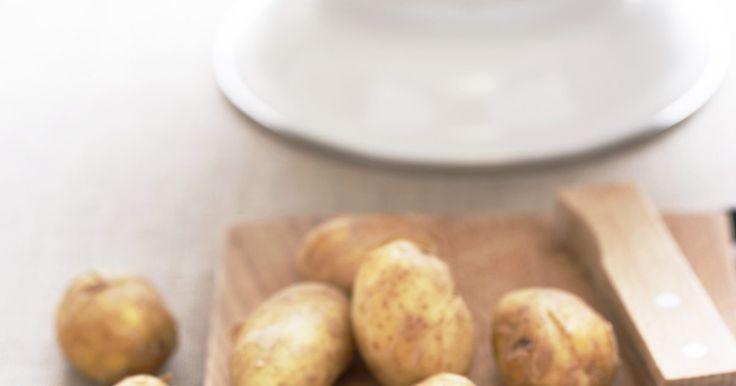 Diferencias entre la fécula de patata y la harina de patata. Aunque ambos productos son extraídos de la papa, existen diferencias notables entre la fécula y la harina de papa cuando se las usa para la cocina, en lo que respecta a la función, al sabor y al valor nutritivo. La confusión en el uso de estos dos productos de la papa —un error común que cometen los cocineros— puede hacer que una receta salga mal.
