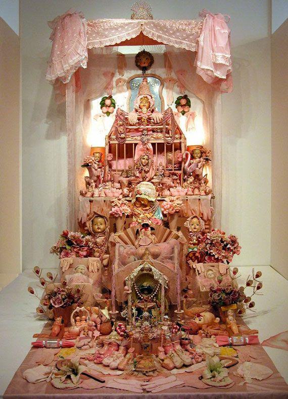 Laurie Beth Zuckermanさんは人形や玩具などの様々な装飾品を用いてカトリック、スペイン、アフリカ、およびハイチなどの宗教的要素を組みあせた祭壇アートを制作しています。 Laurie Beth Zuckermanさんはコスタリカ、メキシコ、ペルー、トリニダードなど世界各地の祭壇を見学し、1つに融合したインスタレーション作品を組み立てあげます。 LAURIE BETH ZUCKERMAN - ICONARTE