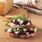 Open sandwich met zongedroogde tomaten en geitenkaas - recept - okoko recepten