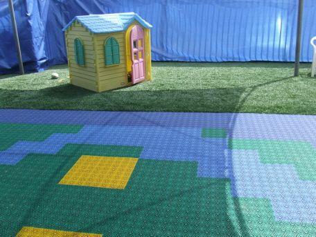 Spielplatz fuer Kinder in Kindergarten und Kinderhort mit Bergo Bodenbelag