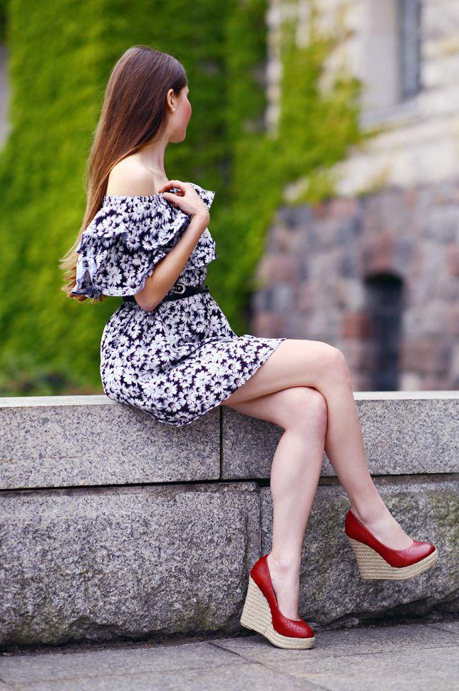 Siedzaca Na Murku Dziewczyna W Sukience En 2021