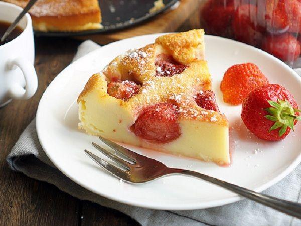 Клафути с клубникой | Десерт этот, действительно, невозможно описать парой слов. Это и не пирог и не запеканка, уж точно не торт, но и не тарт. А впрочем, главное попробовать его. Используйте вообще любые ягоды, которые доступны, можно сделать смесь, также подойдут мягкие фрукты вроде персика, а на крайний случай — обсушенные замороженные ягоды (конечно сперва их нужно разморозить). Очень удобны десерты, в которых наполнением может быть всё, что угодно.