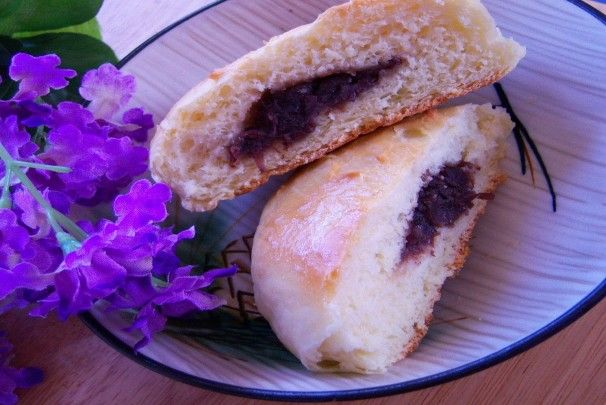 Anman - Steamed Buns With Azuki (Sweet Red Bean) Paste. Photo by kittycatmom