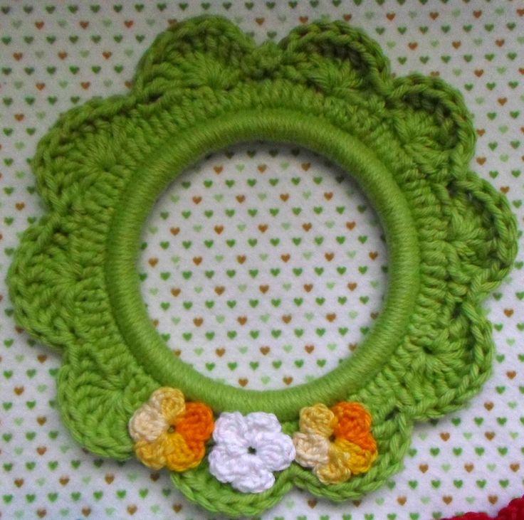 Valor individual.  Moldura confeccionada com linha de algodão, com apliques de flores feitas de crochê.  Tamanho interno de aprox. 8 cm, e externo de aproximadamente 17 cm.  Você pode personalizar sua moldura, Consulte o Laboratório.