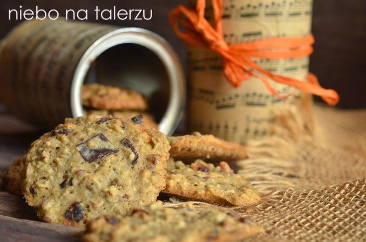 Ciasteczka owsiane z czekoladą, chrupiące, zdrowe i banalnie łatwe, do przygotowania w pięć minut. Składniki należy wrzucić do miski i zmieszać.