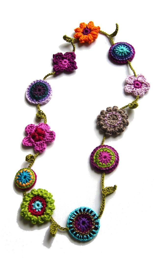 Bunte **Unikat-Häkelkette **mit Blümchen, Rosetten und Blättchen.  Wunderbar für Allergiker geeignet. 100 % Baumwolle Lurex Länge ca. 70 cm